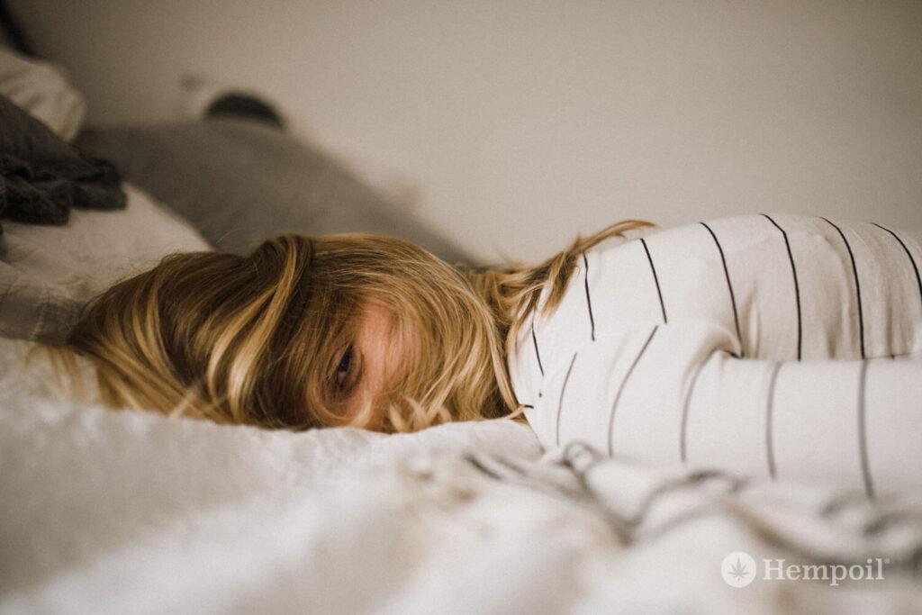 Νεαρή Κοπέλα ξαπλωμένη που υποφέρει από αυπνία.
