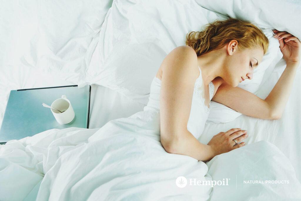 Ύπνός και χαλάρωση με CBD έλαιο κάνναβης σε σταγόνες.