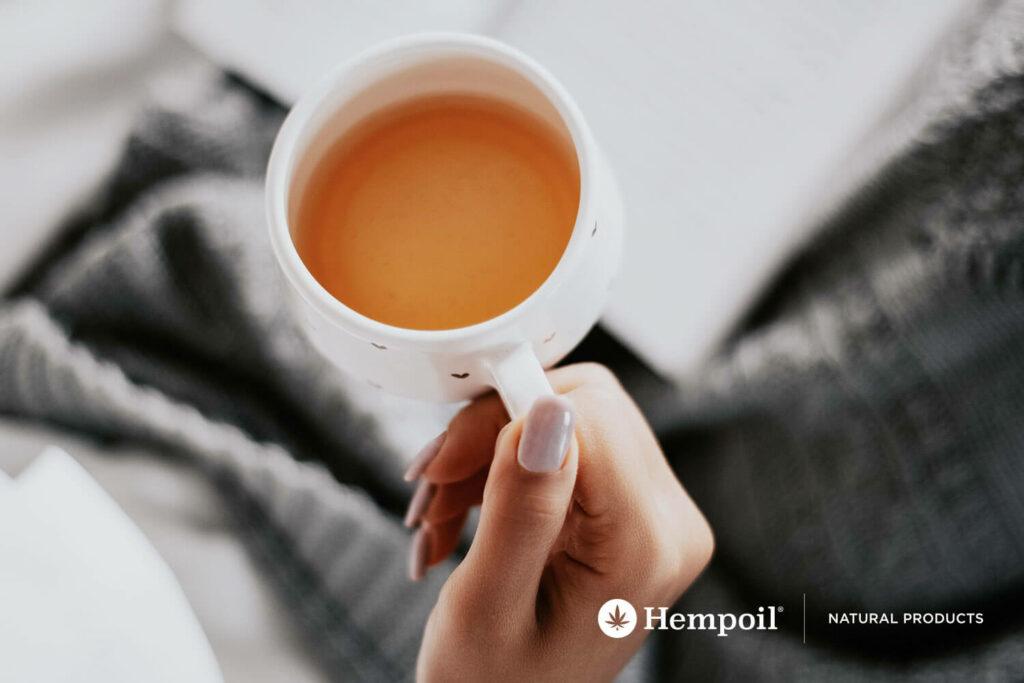 Τσάι Κάνναβης ποτήρι με λεμόνι και βότανα για καθημερινή ενυδάτωση
